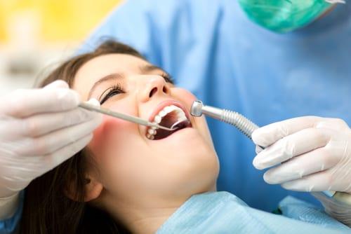 Bilde av pasient i tannlegestolen - Behandlinger fra Tannlege Nordblom på Lillehammer